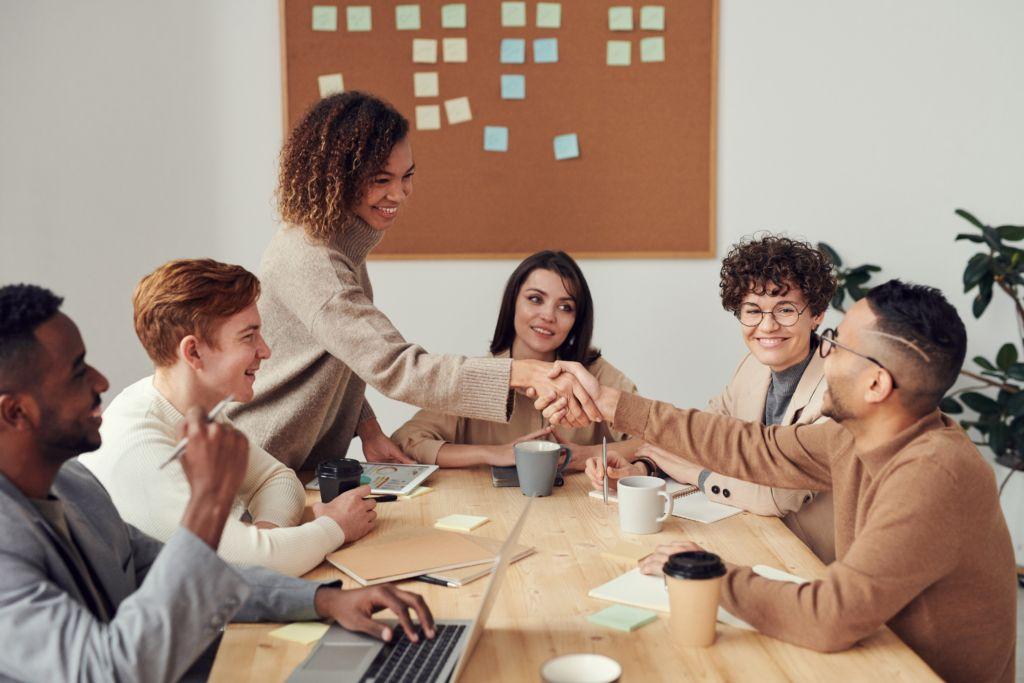clients satisfaits qui se serrent la main suite à une réunion
